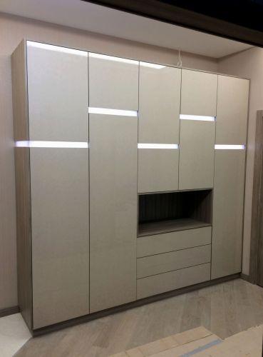 Шкаф в прихожей из МДФ со световыми модулями