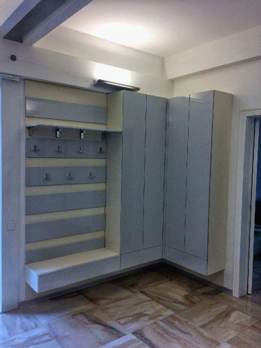 Подвесные шкафы с вешалками в прихожей из МДФ