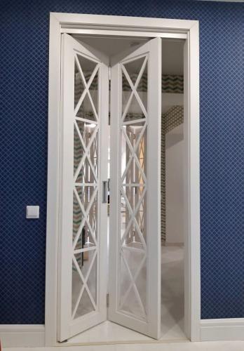 Складная раздвижная межкомнатная дверь из массива дуба со стеклом