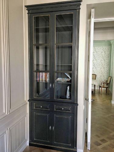 Встроенный книжный шкаф в гостиной из МДФ