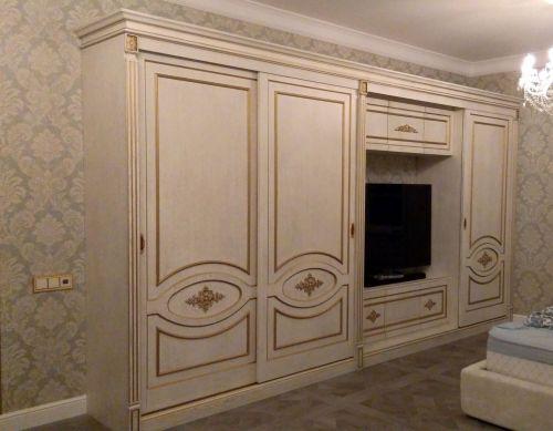 Корпусный шкаф в спальню из массива дуба с резными элементами