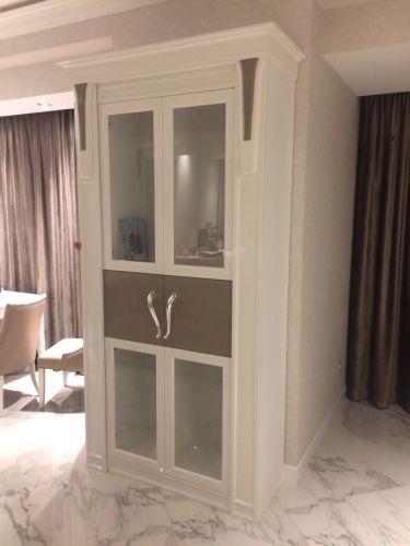 Встроенный шкаф МДФ в гостиную с декоративными наличниками