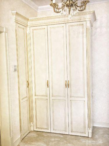 Угловой шкаф в гостиной из массива дуба