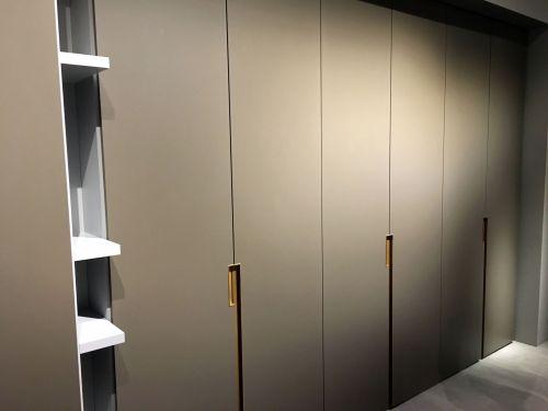 Шкаф в спальне из МДФ с интегрированными ручками