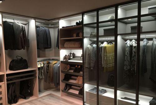 Угловая встроенная гардеробная комната из МДФ в современном стиле