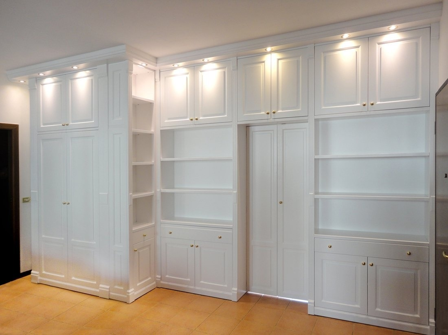 Шкаф для книг в интерьере из МДФ