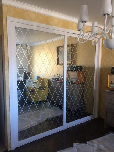 Раздвижные двери из МДФ с рисунком на зеркале