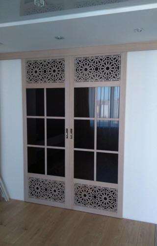 Раздвижные двери из массива с декоративной вставкой