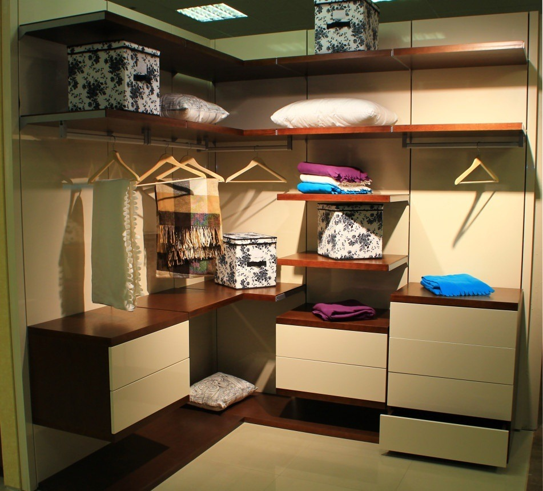 Угловая гардеробная комната из МДФ и массива в современном стиле