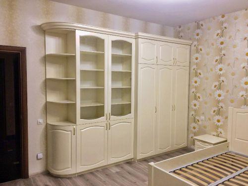 Книжный корпусный шкаф из МДФ в спальню