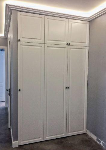 Встроенный шкаф из МДФ в прихожей с распашными фасадами