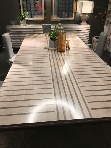 Стол с декоративной инкрустацией шпона