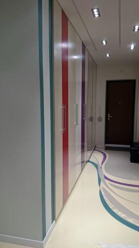 Разноцветный встроенный шкаф из МДФ в прихожей