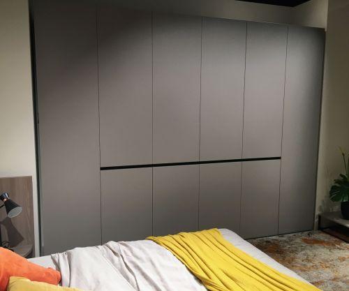 Матовый шкаф из МДФ в спальню с интегрированными ручками