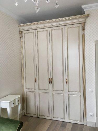 Классический шкаф в спальню из массива