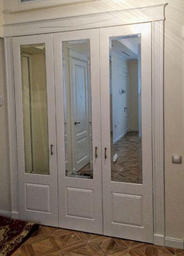 Встроенный шкаф из МДФ в прихожей в классическом стиле