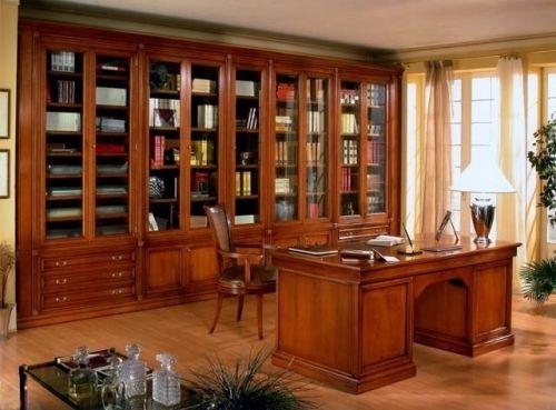 Письменный стол из массива вишни в библиотеке