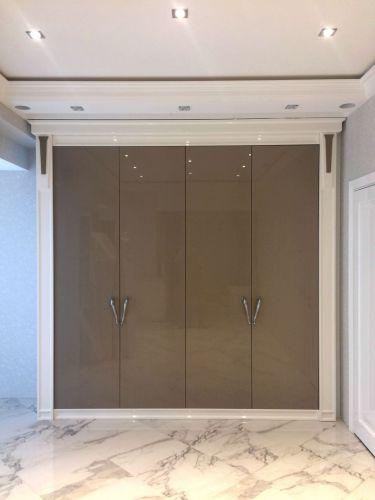 Глянцевый шкаф в гостиной из МДФ с декоративными наличниками