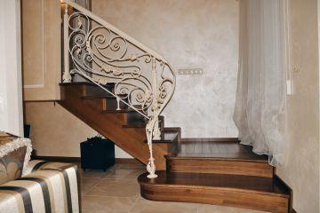 Лестница из массива с ковкой