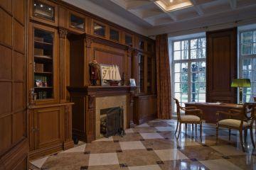 Классический кабинет из массива дерева с камином