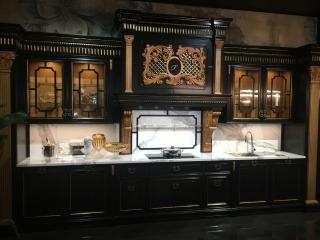 Чёрная кухня с резными элементами
