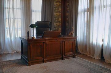 Стол для кабинета из массива дерева в классическом стиле
