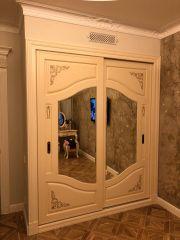 Белый шкаф в прихожу в классическом стиле