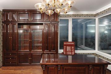 Классический кабинет из массива дерева со шкафом и столом