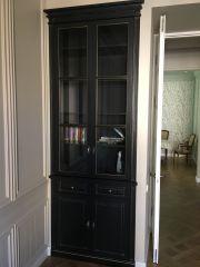 Узкий книжный шкаф со стеклянными дверцами