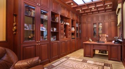 Угловой кабинет из массива дерева со шкафами и столом