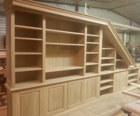 Процесс производства книжного шкафа в мансарде