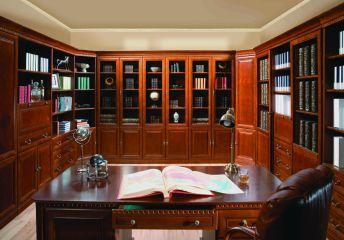 П-обранзый кабинет из массива дерева со столом и книжными шкафами