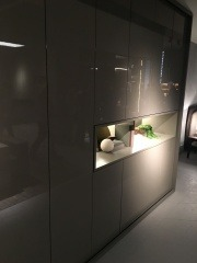 Шкаф с глянцевыми фасдами