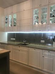 Белая кухня с подсветкой