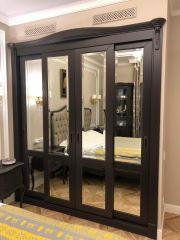 Чёрный шкаф с зеркалами