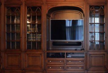 Шкаф для кабинета из массива дерева со стеклянными дверцами и местом для телевизора