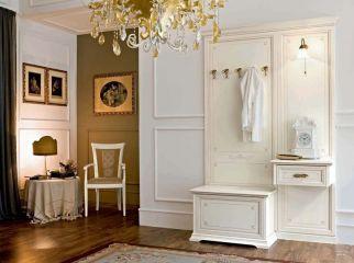 Белая классическая прихожая из массива дерева с крючками и встроенным светильником