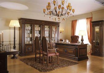 Мебель для кабинета из массива дерева тёмного цвета в классическом стиле