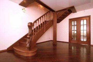 Лестница из массива с резным заходным столбом